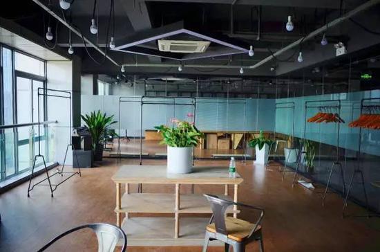 林生斌今年初刚搬进萧山的写字楼开了工作室,现在工作几乎停滞(张雷 摄)