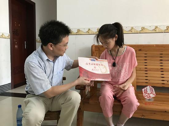 左为湖北大学党委副书记侯勇