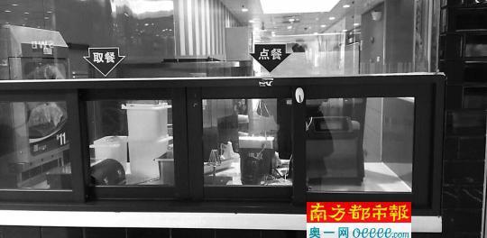 ↑麦当劳新港东分店昨世界午三点女婿右封闭甜品站清洗机械设备。