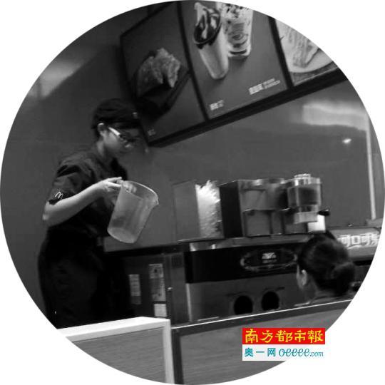 ←麦当劳店员正在清洗甜品设备。