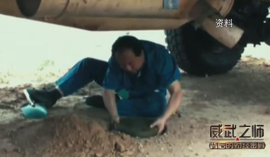 地雷被埋在汽车下部