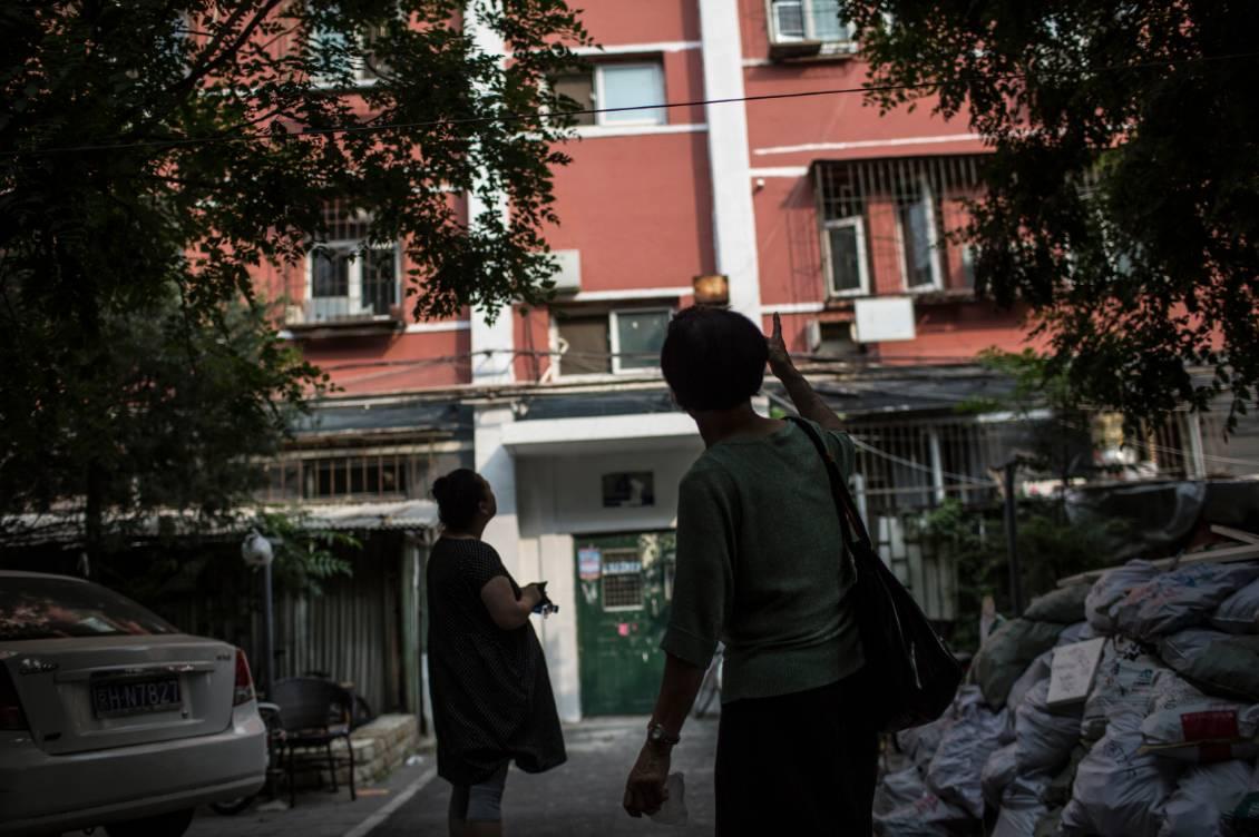 2017年7月12日,李君和怀孕8个月的女儿张玲来到她们曾经居住了30多年的房子楼下。
