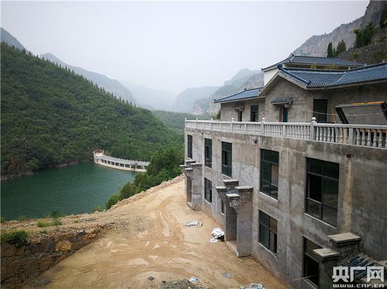 青龙山慈云寺景区内违建建在水库北侧。