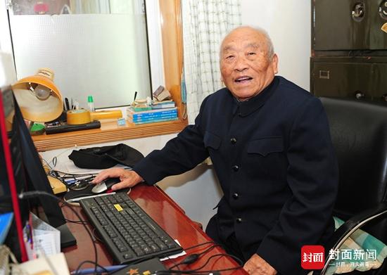 2014年10月28日,张文辉在成都家中接受记者采访。