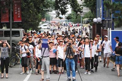 7月28日,旅游团队参观北京大学校园。暑期,进入北大游览的人大增。本版摄影/新京报记者王嘉宁