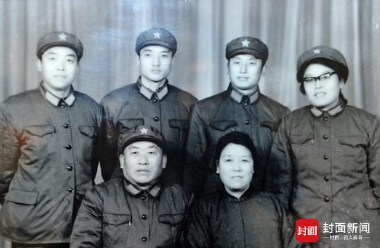 张文辉的家庭是军人之家(翻拍)。