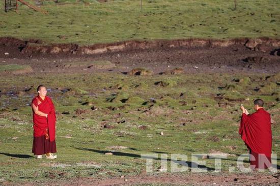 十一世班禅为世界最大宗喀巴铜像开光(图)