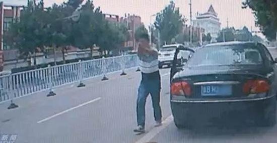 """男子持""""枪""""逼停车辆。"""