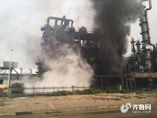 山东东营一化工厂起火 现场浓烟滚滚(图)