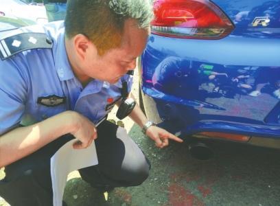 交警讲解该车的改装情况。