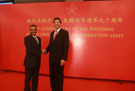罗照辉大使与印方主宾普拉巴卡兰少将握手。