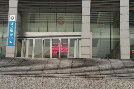 安徽高院将开庭地点选在了宿州中院第四法庭,宿州中院大厅公布了再审该案的开庭公告。