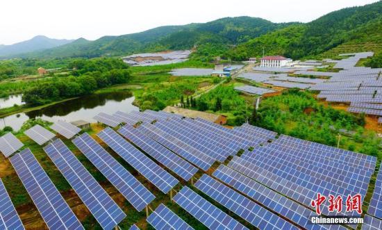 4月27日,航拍下的江西省一废弃矿山光伏电站如深山明镜,熠熠生辉。资料图