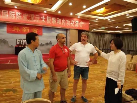 (图:王凤鸣先生和法国徒弟、法国徒孙在一起谈论丹田气和啤酒肚的区别)