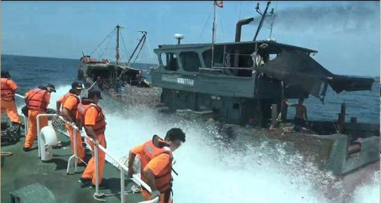台海巡艇以上风警力强靠登检。(图片起源:台媒)