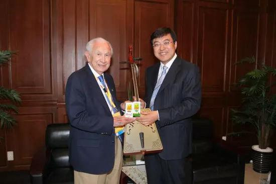 2005年,伊利正式签约北京奥组委,成为中国唯一一家符合奥运标准,并为奥运会提供乳制品的企业。