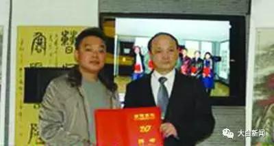 谢先莹(右)接受南阳画院名誉院长聘书