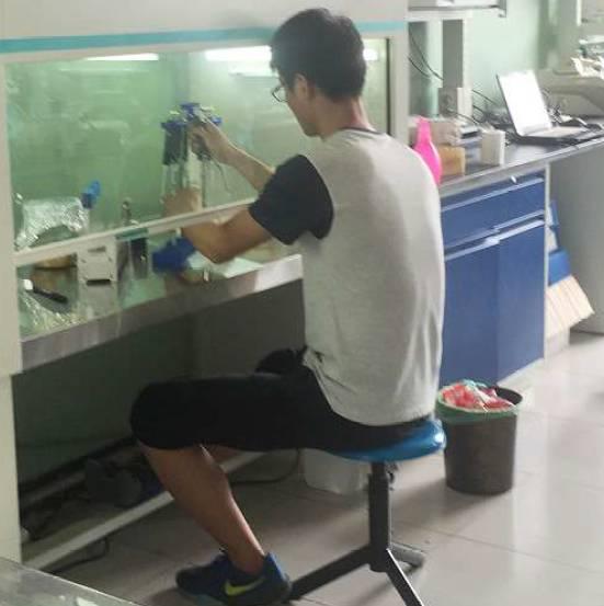 ▲2016年8月,韩春雨位于河北科技大学的实验室内,工作人员正在操作仪器。图/视觉中国