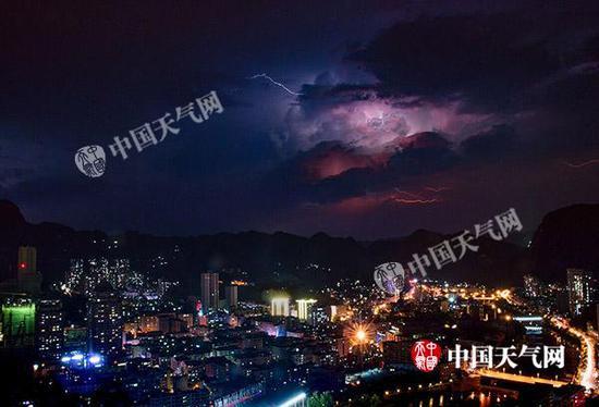 4日23时,重庆黔江城区遭遇雷电。(唐聪/摄)