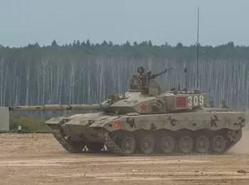"""▲参加""""坦克两项""""竞赛的中国代表队第1车组驾驶的坦克从起点出发。"""