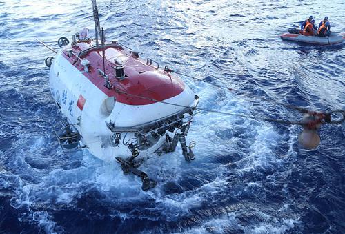 """6月11日,""""蛟龙号""""完成2013年开展试验性应用航次以来的第100潜。新华社记者 刘诗平摄"""