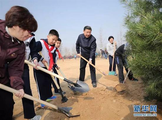 2017年3月29日,党和国家领导人习近平、张德江、俞正声、刘云山、王岐山、张高丽等来到北京市朝阳区将台乡参加首都义务植树活动。这是习近平同大家一起植树。