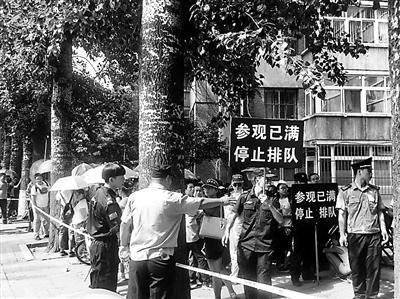 游客排队几个小时才能进入清华北大校园
