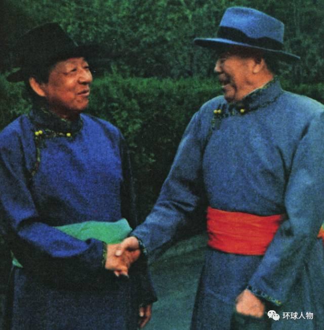 1987年8月,乌兰夫(右)和习仲勋率中央代表团参加内蒙古自治区成立40周年庆典期间,身穿蒙古袍合影。