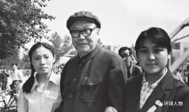 1981年5月,乌兰夫与孙女布小林(右)、乌兰辽娜在中央民族大学。