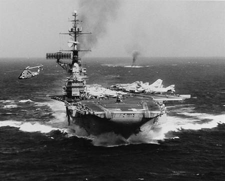 """曾在越南外海参与战事的退役中途岛级航空母舰""""罗斯福""""号。(图/美国海军)"""