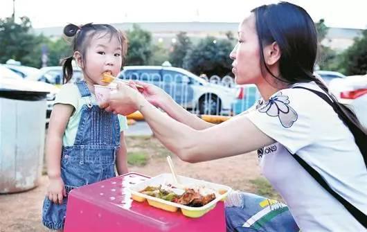 这个月底,依依就要满3岁了。她的妈妈叫李少云,是一名夜班的士司机,今年42岁。