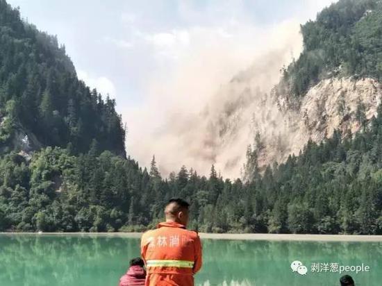 九寨沟景区,山体坍塌。