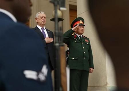 美国国防部长马蒂斯(图左)与来访的越南防长吴春历(图右)。(图/美联社)