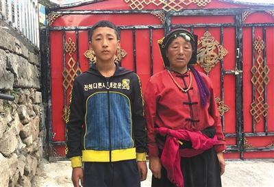 小勇和奶奶在一起。新京报记者 陶若谷 摄