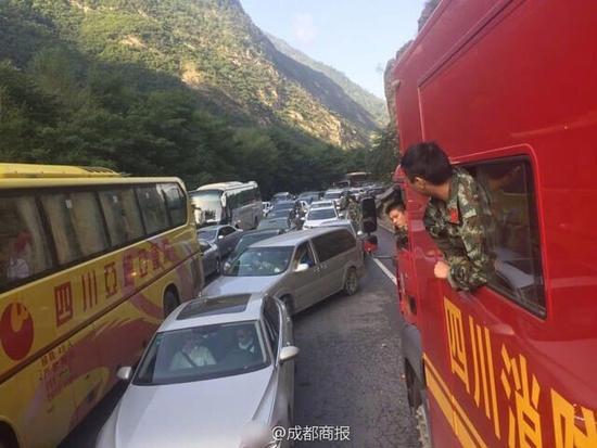 ⑥南通7家旅行社的129名游客正有序撤离