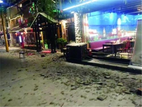 九寨沟景区游客中心附近受损的街区 新华社