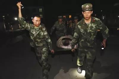 ▲武警官兵在四川阿坝州九寨沟县疏散游客,救助群众。新华社发