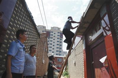 昨日,天津市静海区王家楼村。一个传销窝点大门紧闭,联合执法人员爬梯子翻墙去开门。
