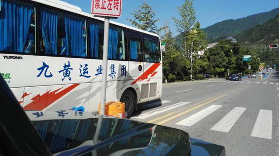 9点20分,记者在平武县城外通往九寨沟县的公路上,一辆辆从九寨沟县开出的非阿坝牌照车辆正有序通过平武县城。(记者陈松)