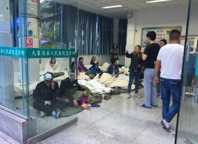 轻伤患者在医院大厅和院子里