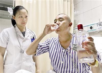 男子误喝甲醇中毒 医生为救命再灌其2斤白酒