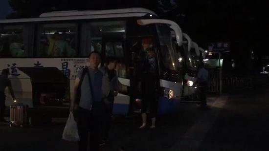 """西安旅客谈美娇:""""一下车就看到有这么多人,在等着咱们,辅助咱们,我真的感到我不是一团体,十分的暖和!"""""""