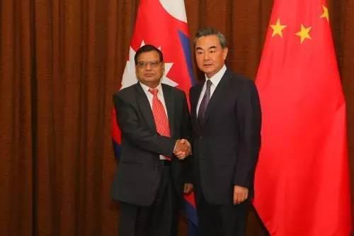 ▲尼泊尔副总理兼外长克里希纳·马哈拉8日说,尼泊尔不会在中印之间选边站。图为中国外长王毅与马哈拉在会谈前握手。