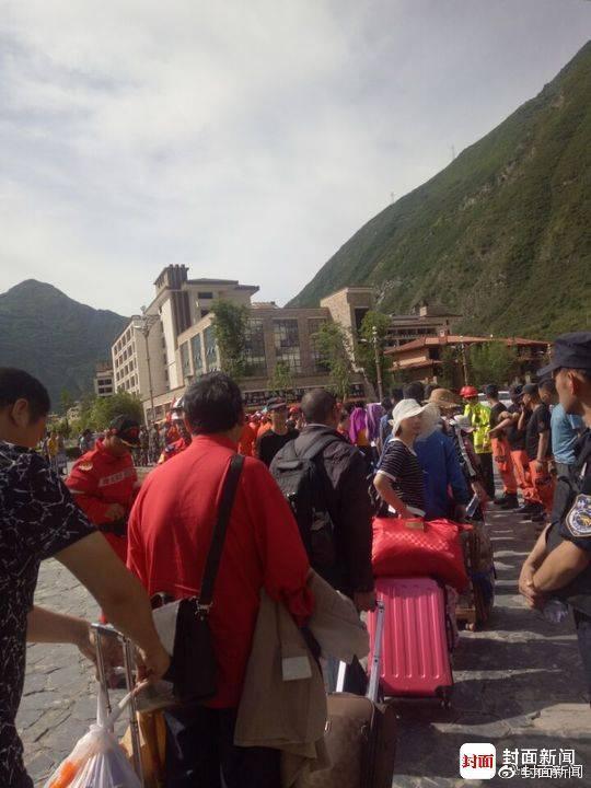 九寨沟地震中的生死离合:夫妇带着儿子骨灰回家