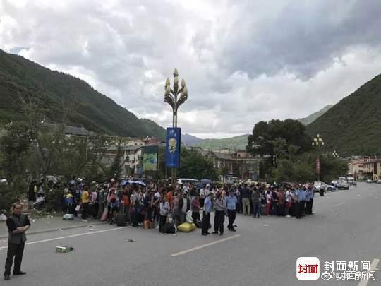 昨天在景区内等待撤离的游客