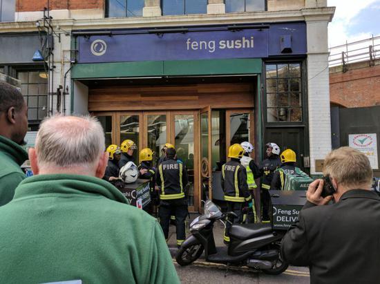 警方及消防人员聚集在事发餐厅门口