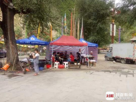 等着转移的群众,还有震中漳扎村自己做饭的村民