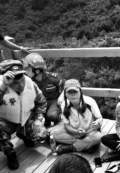 获救后的潘小珍与救援人员在一起