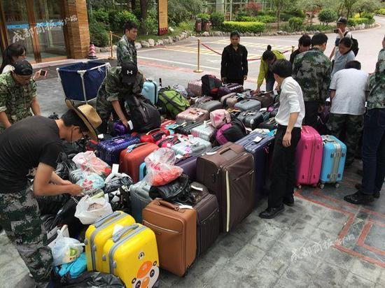 ▲酒店工作人员正在清点行李物品