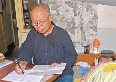 陈永泰的老伴常年卧病在床。要找到进藏先遣连的烈士遗属,需要查阅卷帙浩繁的文献资料。为了方便照顾老伴,他往往把小桌挪到老伴的床头核对各类信息。 陈 明摄